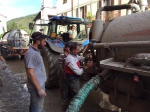imprenditori agricoli al lavoro alluvione